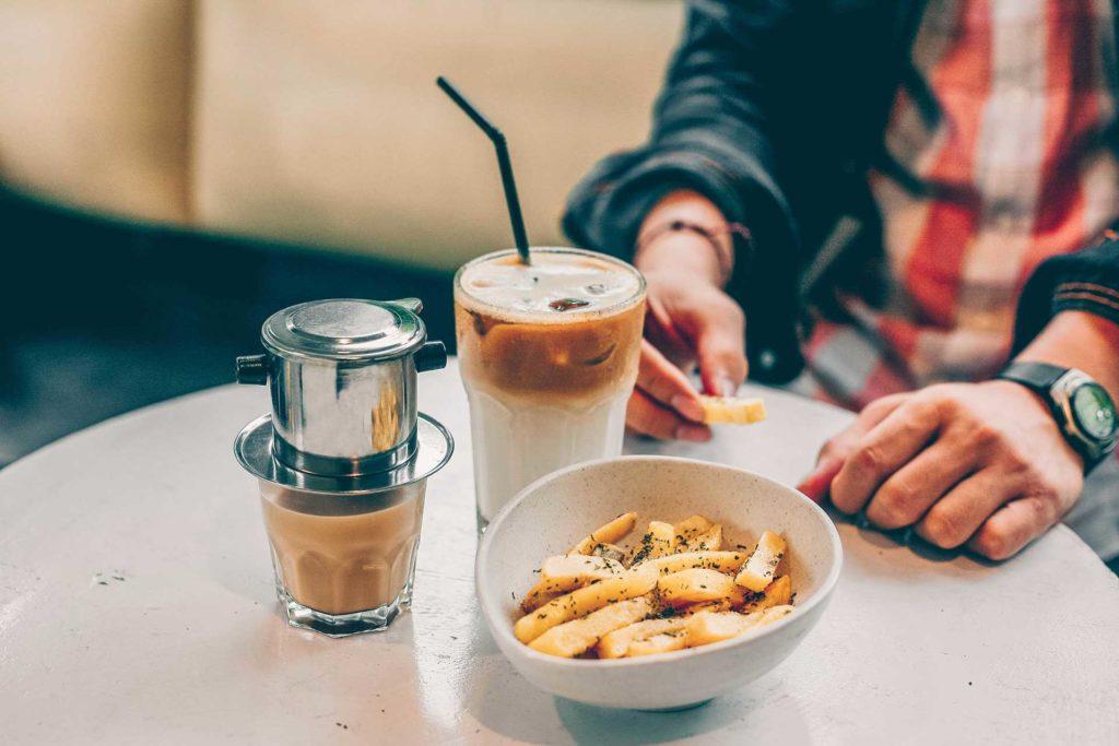 Dégustation de frites dans un café