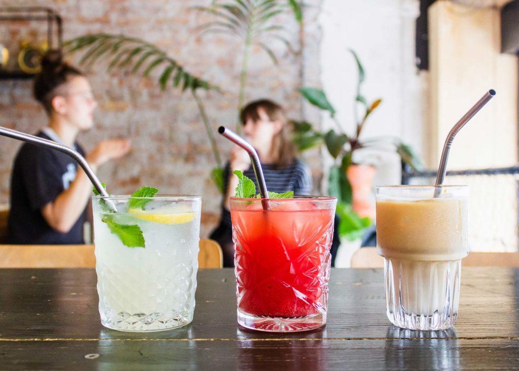 Plusieurs cocktails sur un comptoir de bar