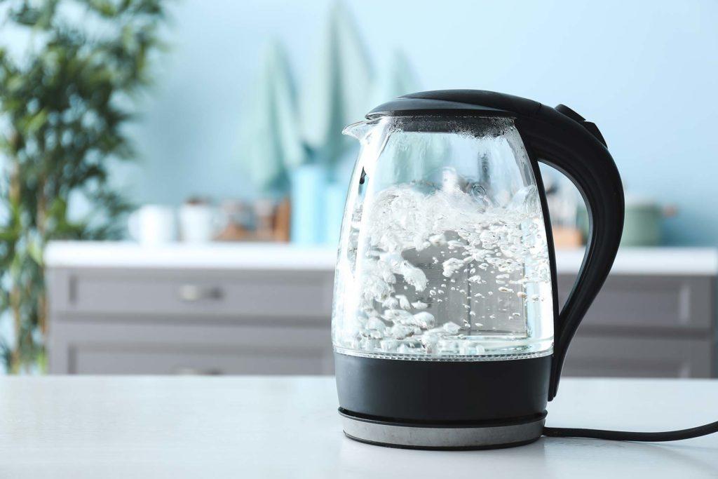 Une bouilloire en verre en marche