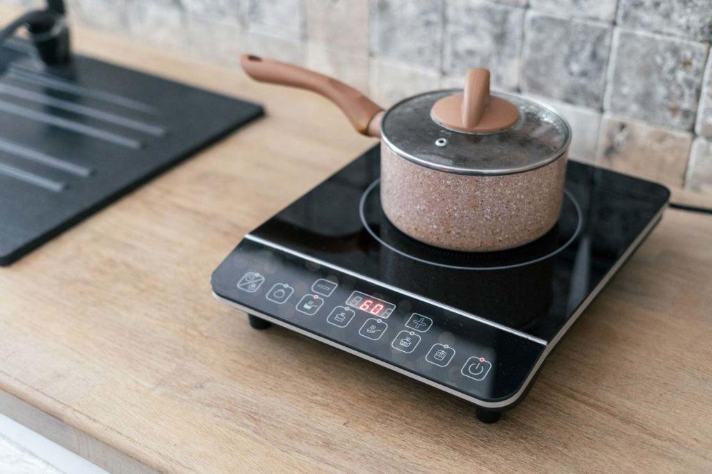 Plaque à induction portable sur une table