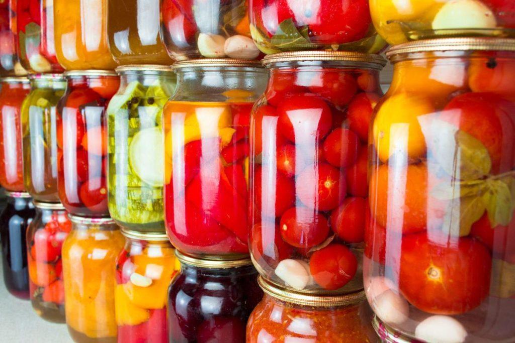Fruits et légumes dans des bocaux alimentaires