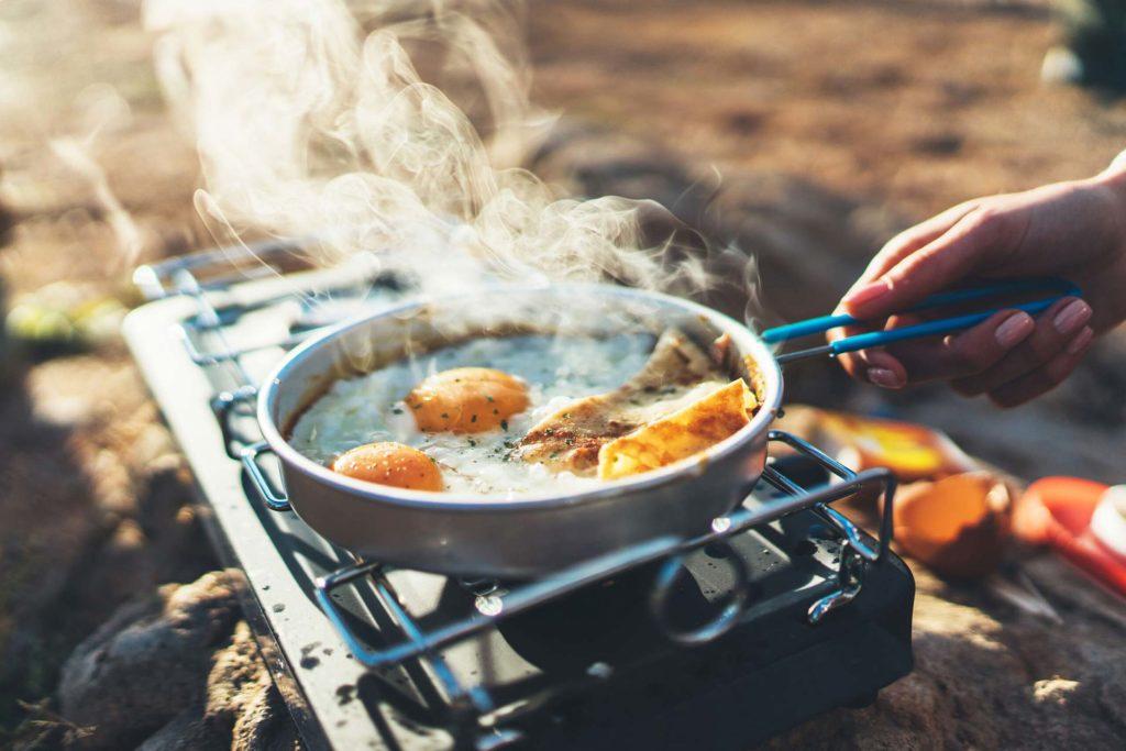 Réchaud avec une casserole en pleine nature